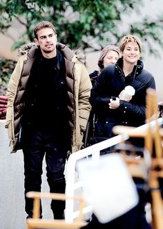 """Shailene Woodley & Theo James on the last day of filming """"Insurgent""""… Divergent Hunger Games, Divergent Fandom, Divergent Trilogy, Divergent Insurgent Allegiant, Theodore James, Theo James, Tris And Four, Miles Teller, Veronica Roth"""