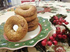 I roccocò dolci natalizi napoletani, sono dei biscotti a ciambella, preparati con: mandorle, farina, miele, zucchero, canditi e spezie (pisto napoletano). Cookers, Bagel, Biscotti, Bread, Food, Brot, Essen, Baking, Meals