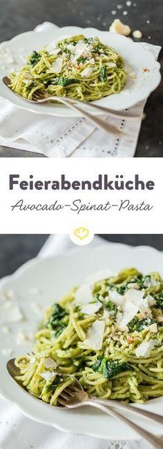 Die cremige Avocado-Spinat-Pasta ist unkompliziert und auch für wenig Kochambition am Abend optimal. Die eliminiert auch den großen Feierabend-Hunger.
