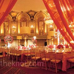 I don't like red and gold for my wedding, but the colors are lovely here. The lighting warms the room wonderfully.