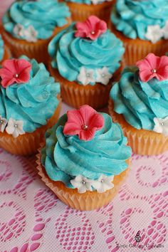 So Pretty! by Little Cottage Cupcakes Baking Cupcakes, Yummy Cupcakes, Cupcake Cookies, Cupcake Recipes, Fun Desserts, Delicious Desserts, Cupcake Collection, Little Presents, Mini Cakes