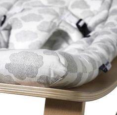 Houten wipstoeltje met comfortabele dessins De LEVO Rocker – het klinkt nogal wild maar zo heet het wipstoeltje – biedt je kleintje een heerlijk, geborgen plekje bij jou in de buurt.