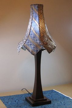 Awesome way to upcycle old ties! This might be a fun way I can use all of my grandpa's old ties. Diy Design, Creative Design, Diy Wall Lamp, Hm Deco, Sewing Projects, Craft Projects, Craft Ideas, Decorating Ideas, Sewing Ideas