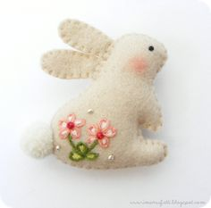 i ManuFatti: Spilla conigliosa - Felt bunny Felt Diy, Felt Crafts, Easter Crafts, Fabric Crafts, Sewing Crafts, Sewing Projects, Felt Projects, Felt Bunny, Easter Bunny