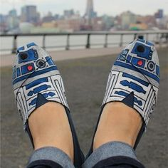 oh no, Star Wars TOMS . I think TOMS are kinda ugly, they don't look comfy. but can't pass up Star Wars lol Looks Style, Looks Cool, Estilo Geek, Just In Case, Just For You, Painted Toms, Hand Painted, Painted Canvas, Mode Shoes