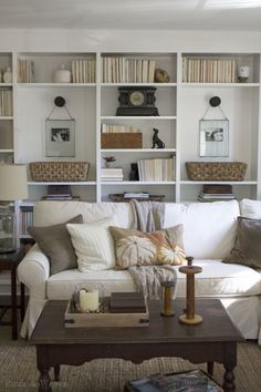 https://i.pinimg.com/236x/72/e0/af/72e0af35479c8a3edb955a3b873f4616--living-room-bookshelves-styling-bookshelves.jpg
