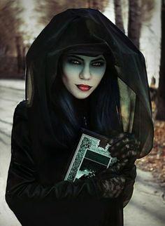 BEAUTIFUL EVIL WITCH WOMEN IN BLACK | Halloween Kostüme und Schminke- 40 Ideen aus wahren Horrorgeschichten