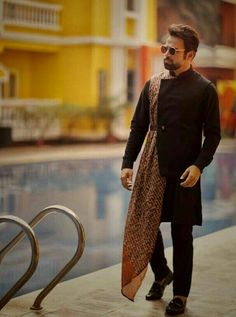 22 Stylish Mehndi Dresses for Men Mens Indian Wear, Mens Ethnic Wear, Indian Groom Wear, Indian Men Fashion, Mens Fashion Suits, Wedding Dresses Men Indian, Wedding Dress Men, Wedding Suits, Mehndi Dress For Mens