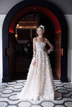 Four trends from bridal spring 2018 for the fashion-forward bride: 3D flowers From appliqué to actual flora replicas, bridal's obsession with 3D flowers continues this season. Lela Rose