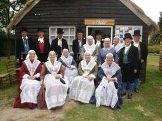 """De """"Dockumer Skotsploech"""" is opgericht in 1792.  Wij zijn een Folkloristische dansgroep en hebben 17 leden en 2 muzikanten.  Het Friese Kostuum, dat wij dragen, is gemaakt naar de mode van rond 1850-1860"""