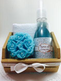 Caixa em MDF, contendo: toalhinha de mãos, 1 sabonete Provence com pérolas e água de Lençois com 120ml.  A personalização é feita no rótulo da água de Lençois.  Diversas cores e aromas disponíveis.  Medidas da Caixa: 6.5 x 12 x 10 cm.  Medidas da toalhinha: 23 x 36 cm.