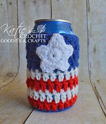 This coming Independence day make some American Flag Can Cozy, Mug Gozy, Cup Cozy, Bottle Cozy and Jar Cozy. Let this July celebration be colourful and creative. Get the Free Crochet Patterns now. Beginner Crochet Projects, Crochet Patterns For Beginners, Easy Crochet Patterns, Knitting For Beginners, Hat Patterns, Crochet Ideas, Crochet Coffee Cozy, Crochet Cozy, Free Crochet