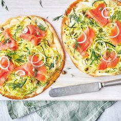 Pizza à la courgette et au saumon fumé sur pita | Ricardo Pizza Preparation, Lemon Pickle, Pita Pizzas, Quick Pizza, Valeur Nutritive, Nutrition, Smoked Salmon, Vegetable Pizza, Zucchini