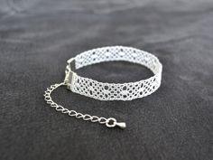 Bracelet en dentelle, grains d'orge et fond torchon, blanc