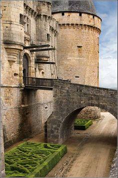 Château de Hautefort. Périgueux, Dordogne, Nouvelle-Aquitaine, France. Castle Ruins, Medieval Castle, Beautiful Castles, Beautiful Places, French Castles, Château Fort, Cultural Architecture, Walled City, Grand Homes