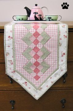 Wally's Spring Table Runner the cat tea cups and pot are cute Table Runner And Placemats, Table Runner Pattern, Quilted Table Runners, Small Quilts, Mini Quilts, Place Mats Quilted, Summer Quilts, Quilted Table Toppers, Miniature Quilts