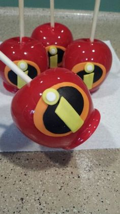 Disney Incredibles candy apples Disney Candy, Disney Food, Incredibles Birthday Party, Disney Incredibles, Colored Candy Apples, Elegant Cake Pops, Apple Cake Pops, Gourmet Caramel Apples, Apple Pop