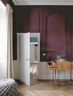 Salon Inspiration rouge Marsala Pantone French by design via Nat et nature Burgundy Walls, Plum Walls, Gold Walls, Red Interiors, Colorful Interiors, Sweet Home, Interior Architecture, Interior Design, Purple Interior