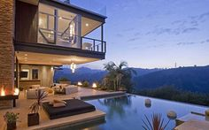 Justin Bieber tem uma casa avaliada em US$ 10,8 milhões, localizada nos arredores de Los Angeles. A casa tem uma piscina com borda infinita e uma vista incrivel