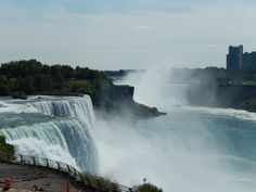 Niagara Falls vorn amerikanische, rechts kanadische Fälle von US Seite 2014