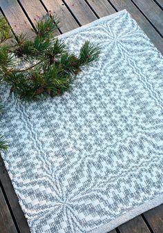 Sisustuksen kaunis koru! Valkoinen neliömatto tiukkuu hopeisena erityisesti himmeässä valossa. Aivan ihana timantti. 3673 Lehdykkä-matot, Mallikerta nro 4/2018. Picnic Blanket, Outdoor Blanket, Rag Rugs, Carpets, Loom, Projects To Try, Craft Ideas, Knitting, Weaving
