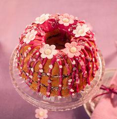 Cremiger Heidelbeer-Hupf Gugelhupf mit fruchtiger Heidelbeerfüllung und blumiger Dekoration für den Geburtstag oder Muttertag