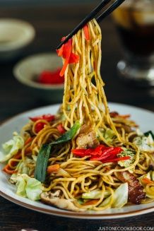 Yakisoba (Japanese Stir Fry Noodles) 焼きそば - Yakisoba is a classic Japanese stir fry noodles dish with pork and vegetables, and it's seasoned with a sweet & savory sauce similar to Worcestershire sauce. Beef Noodle Stir Fry, Chicken Stir Fry With Noodles, Stir Fry Noodles, Beef And Noodles, Asian Noodles, Rice Noodles, Easy Japanese Recipes, Japanese Dishes, Asian Recipes