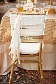 Decoración de las sillas con listones.