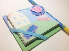 Bloco de colorir - Peppa Pig  - Lindo bloco de anotações com a turma da Peppa; - Base em cartonagem (10,5 x 10,5 cm); - 50 folhas de papel reciclado (8,5 x 8,5 cm) - Primeira folha feita com papel 180g/m2, colorido, personalizado com o texto de sua preferência - Acompanha lápis preto, também personalizado com o tema e texto desejado;  Podemos personalizar nas cores que desejar para acompanhar a decoração da sua festa!  Antes de efetuar a compra, consulte-nos sobre a disponibilidade e…