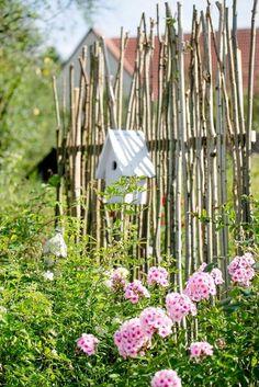 Visual protection or unconventional trellis DIY - Garten - Design RatBalcony Plants tan Furniture Diy Garden Projects, Diy Garden Decor, Garden Art, Diy Trellis, Garden Trellis, Jardim Natural, Jardin Decor, Balcony Plants, Modern Garden Design