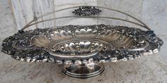 Prata - Centro de mesa em prata portuguesa contrastada no formato de cesta com alças. Diâm. 21cm.