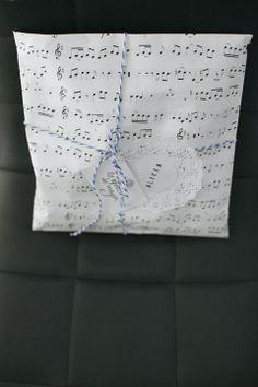 Nos encanta darle un toque personal a cada regalo #packaging #diy #paper #gifts #regalos #handmade