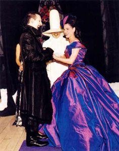 Dita Von Teese il giorno del suo matrimonio con Marilyn Manson, abito viola anche per lei.