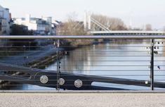 Gestaltung und Sicherung der Brückengeländer, hochwertig und leicht. So auch auf der Kettenbrücke in Bamberg. I-SYS von Carl Stahl Architektur   Credits: Wilfried Dechau  #brücken #geländer