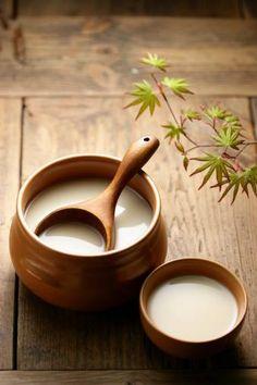 Makgeolli, a veces llamado en occidente vino de arroz coreano, es una bebida alcohólica tradicional originaria de Corea. Se hace a partir de una mezcla de trigo y arroz, lo que le da un color blanquecino lechoso, y un sabor dulce.