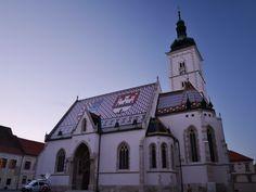 マルコ教会 ゴルニィグラード地区(旧グラデツ)の象徴とされる13世紀に建てられたゴシック様式の教会。 赤・青・白のタイルを使い、大きく二つの紋章がデザインされています。 内部にはクロアチア出身の彫刻家メシュトロヴィッチの作品が飾られています。日が落ちた直後での撮影。中には入れず。