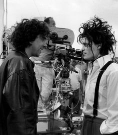 Tim Burton and Johnny Depp on the set of 'Edward Scissorhands'. Can't really tell who is Edward Scissorhands here. Eduardo Scissorhands, Tim Burton Johnny Depp, Estilo Tim Burton, Image Film, Johny Depp, The Lone Ranger, Sweeney Todd, Dane Dehaan, Film Director