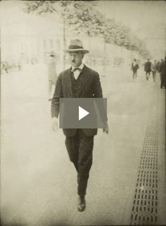 Fernando Pessoa no Rossio, com um jornal na mão Writers And Poets, Journalism, Philosophy, Quotations, Literature, History, World, Videos, Books