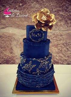Hi lovely people. This is one of my favorite cakes. Navy bleu wedding cake with wafer paper flower. Navy Blue Wedding Cakes, Blue Wedding Decorations, Unique Wedding Cakes, Unique Cakes, Beautiful Wedding Cakes, Wedding Cake Designs, Beautiful Cakes, Brush Embroidery Cake, Cupcakes Decorados