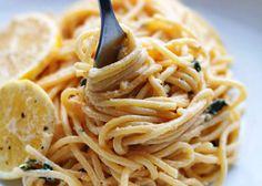Una ricetta molto semplice ma decisamente gustosa questa degli spaghetti al limone e basilico, veloce e vegetariana.