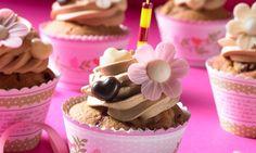 Kirsch-Cupcakes mit Espressohaube                              -                                  Karamell-Cupcakes mit fruchtigen Kirschen und toller Dekoration für den Geburtstagstisch