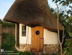 Este es el hermoso trabajo de Bjarne Wickstrom en Gislev, Dinamarca. Bjarne es un constructor natural especializado en Rorvøv (una malla de caña entretejida), revocos de barro, construcción con cob (arcilla, arena y barro) y balas de paja, tejados de paja y estufas de mampostería. Casi todas esas habilidades las han empleado en construir esta preciosa casita (10 m2) para su hijo Mikkel. Está construida íntegramente con materiales locales. Puedes encontrar más casitas en ...