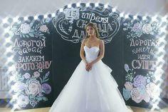 Меловая доска с подсветкой в аренду.свадьба в стиле меловая доскв,.Роспись мелом.