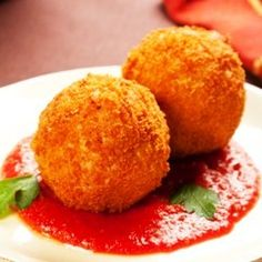 Italian Rice Balls Recipe- I grew up on these. Every Christmas we had to buy them, but its time I attempt them myself Italian Rice, Italian Dishes, Italian Recipes, Sicilian Rice Balls Recipe, Tapas, Food Porn, I Love Food, Food Dishes, Appetizer Recipes