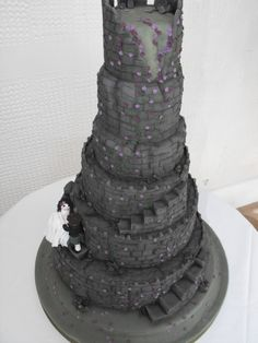 Dark Spooky romantic old castle wedding cake