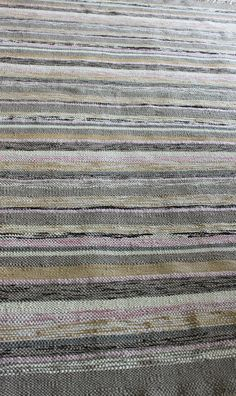 Mixed weave grey, pinks and natural carpet in raffia, cotton and mohair Natural Carpet, Rag Rugs, Tapestry Weaving, Hobby, Textile Art, Carpets, Folk, Hand Weaving, Coral