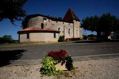Saint Pierre de Beylongue - Landes - L'église trône fièrement au centre du village. Il faut se poser devant elle pour comprendre qu'elle a subi plusieurs changements d'architecture et de nombreux aménagements défensifs sur 3 siècles....  Une des curiosités est que l'entrée se situe au niveau de l'autel.