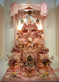 Laurie Beth Zuckerman very elaborate pink shrine. Rose Croix, Instalation Art, Home Altar, Photo D Art, Assemblage Art, Objet D'art, Cultura Pop, Religious Art, Altered Art