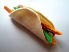 Felt play food - sew pipe cleaners in edge to make it pose able Más Kids Play Food, Kids Play Kitchen, Felt Play Food, Pretend Food, Play Kitchens, Pretend Play, Children Play, Felt Food Patterns, Restaurant Themes