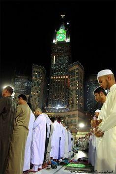 Men Praying at Masjid al-Haram in Makkah, Saudi Arabia Mecca Madinah, Mecca Masjid, Masjid Al Haram, Hajj Mubarak, Prayer Wallpaper, Islamic Wallpaper, Alhamdulillah, Islamic Art, Islamic Quotes